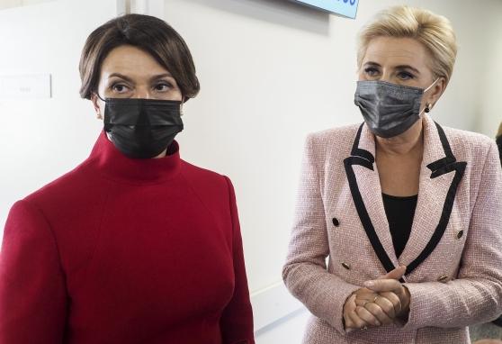 Siekiant atkreipti dėmesį į krūties vėžį Nacionaliniame vėžio institute lankėsi ypatingos viešnios: p. Diana Nausėdienė ir p. A. Kornhauser-Duda