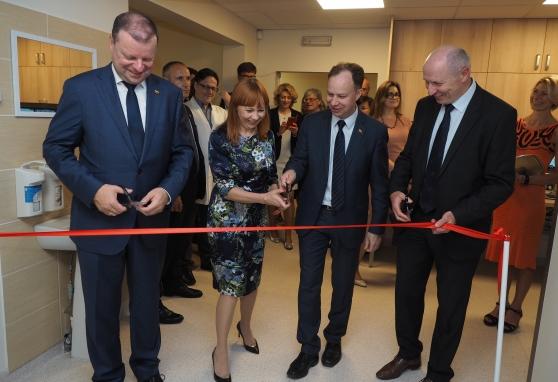 Premjeras Saulius Skvernelis oficialiai atidarė naujos kartos spindulinės terapijos įrangą